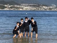海ではしゃぐ生徒
