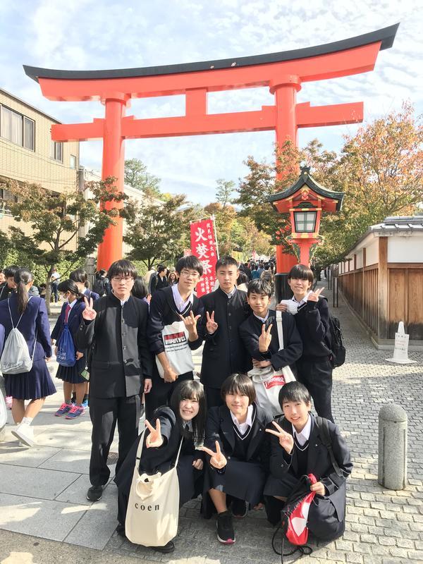 伏見稲荷神社の鳥居前